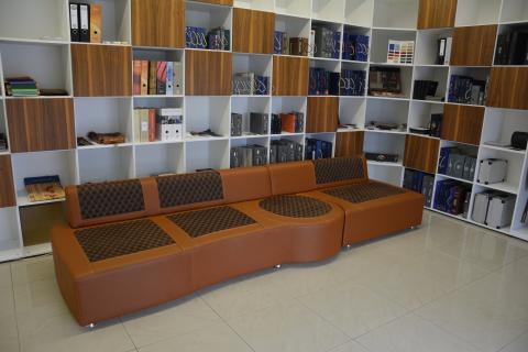 Echtleder Couch mit anpassbaren Elementen im offenen Zustand